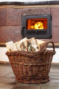 Brennholzkorb vor Kamin
